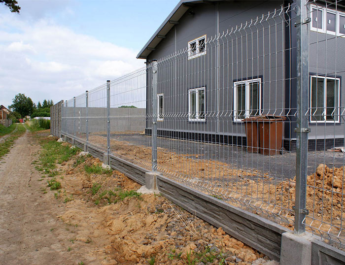 Why the zinc steel wire mesh fence should be cleaned before it is preserved?